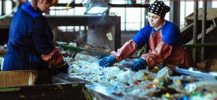 Завод по переработке пластиковых бутылок в подмосковье. Зарина и Гуля - сортировщицы в цехе мойки. В первом цехе мусор по цвету сортирует машина, которая иногда ошибается в цвете, поэтому после мойки Гули и Зарина вручную выбирают с ленты ненужные бутылки.